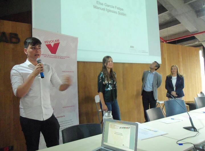"""Manuel Iglesias dando un discurso tras ganas el Primer Premio de la Campaña """"¿Te Atreves?"""" de FEVOCAM."""