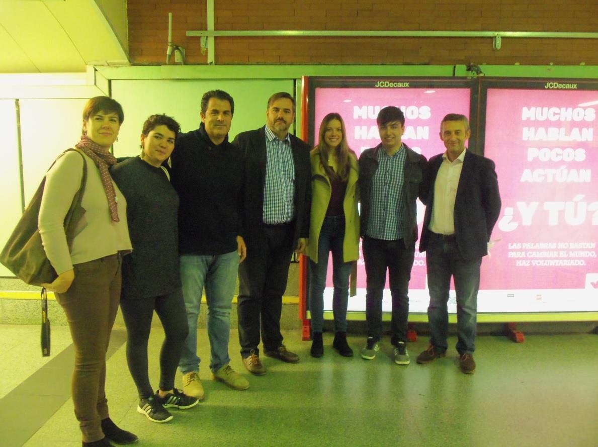 """Presentando """"Muchos hablan, pocos actúan, ¿Y TÚ?"""" con (izquierda a derecha) dos miembros de Cooperación y Voluntariado UCM, el Presidente de Cooperación y Voluntariado UCM, el Presidente de FEVOCAM, mi compañera Elsa Felipe, yo (Manuel Iglesias) y el representante de Bankia."""