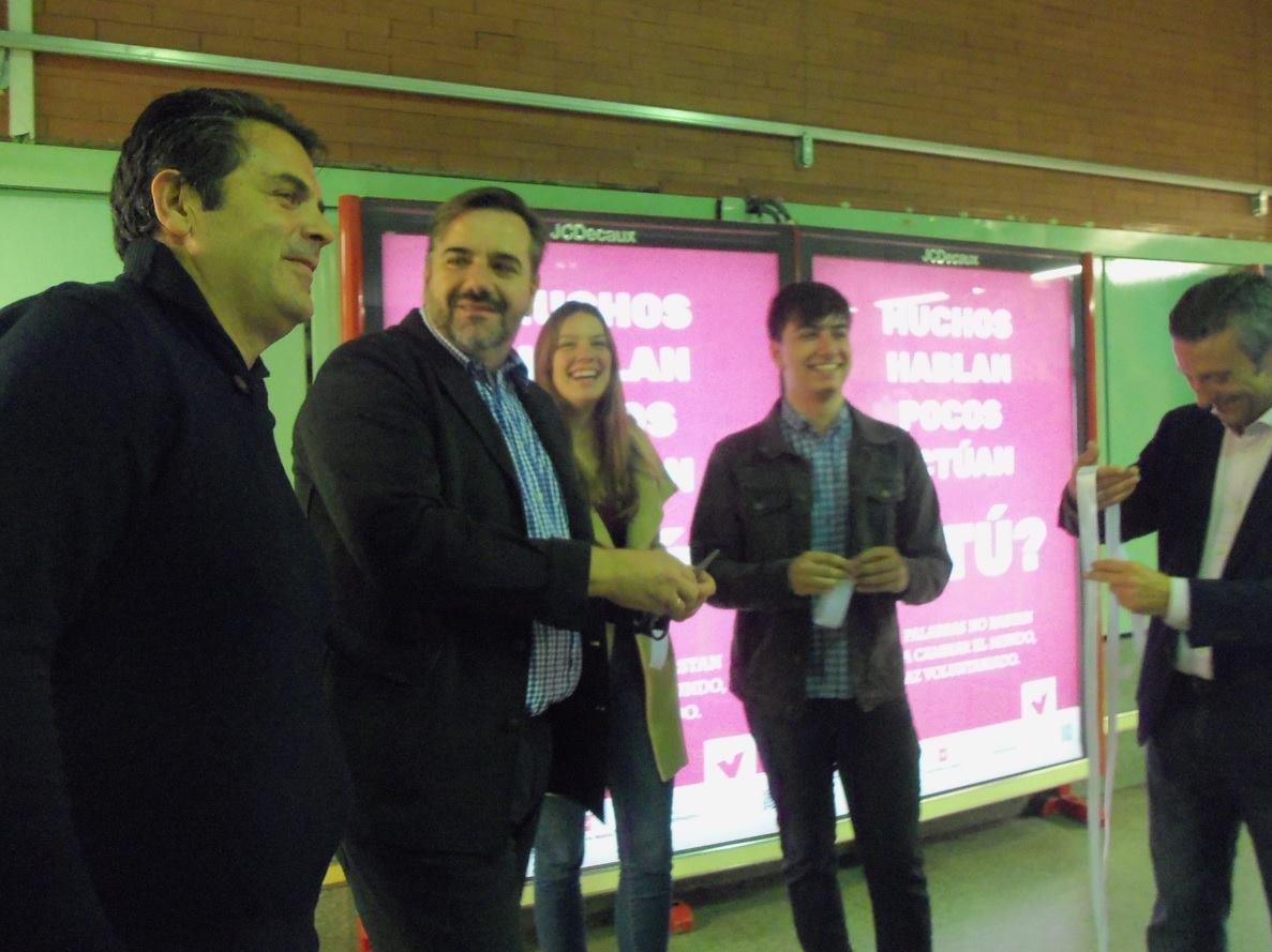 """Presentando """"Muchos hablan, pocos actúan, ¿Y TÚ?"""" con (izquierda a derecha) el Presidente de Cooperación y Voluntariado UCM, el Presidente de FEVOCAM, mi compañera Elsa Felipe, yo (Manuel Iglesias) y el representante de Bankia."""