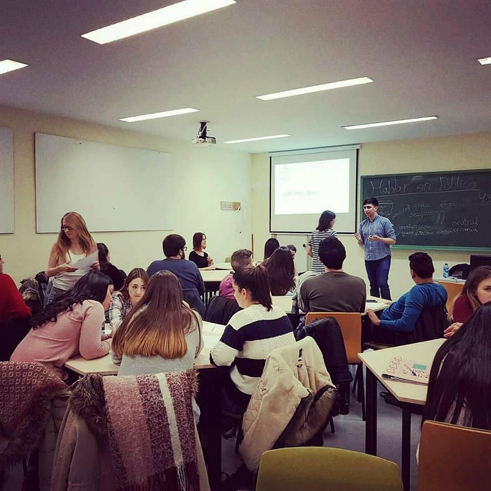 Manuel Iglesias explicando a una alumna durante un ejercicio práctico de la formación.