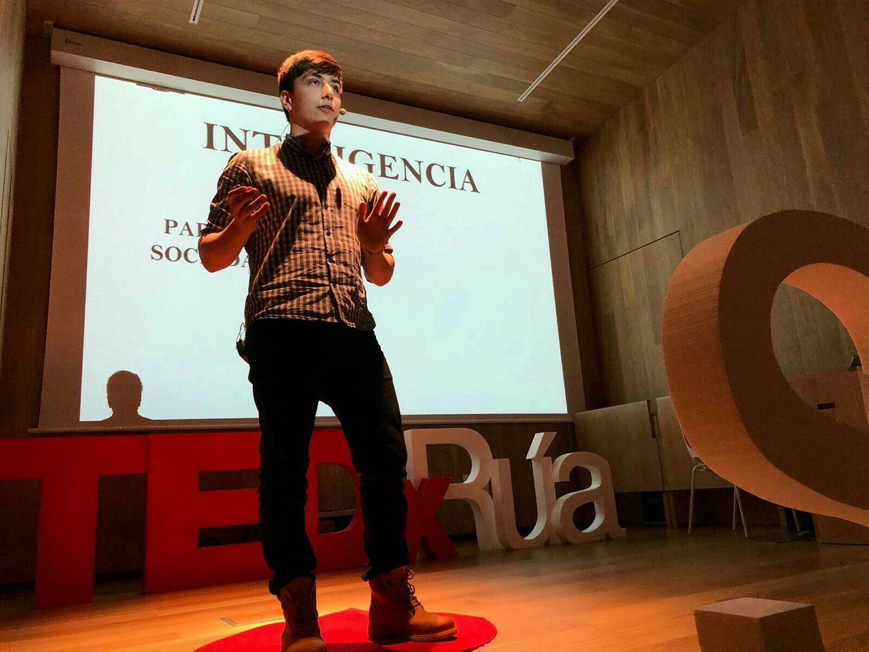 Manuel Iglesias durante su ponencia de TED.