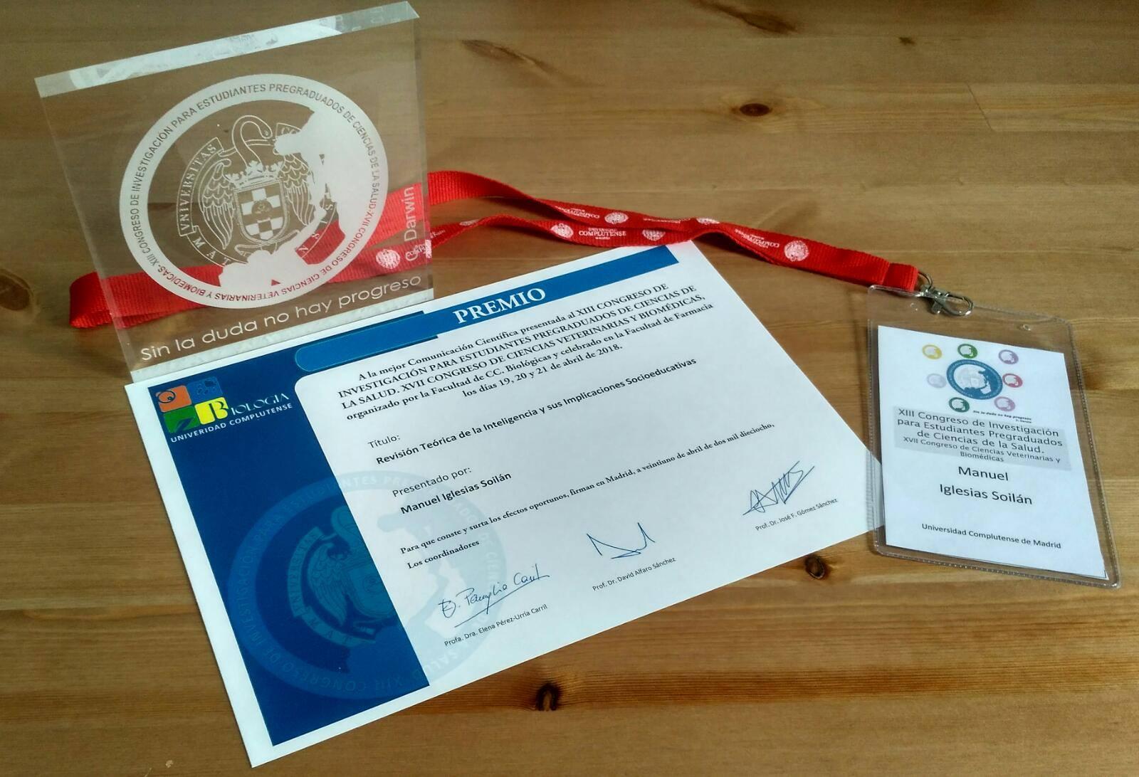 Premio a la Mejor Comunicación Científica y la placa de la Universidad Complutense de Madrid.