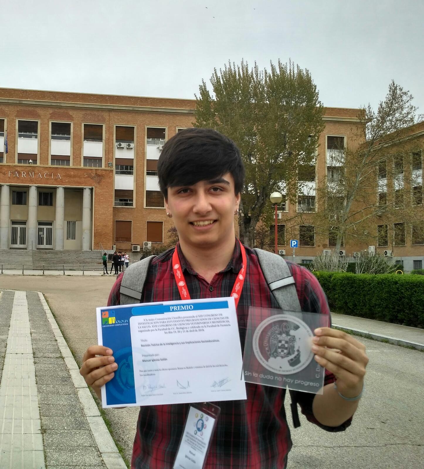 Manuel Iglesias con el Premio a la Mejor Comunicación Científica y la placa de la Universidad Complutense de Madrid.