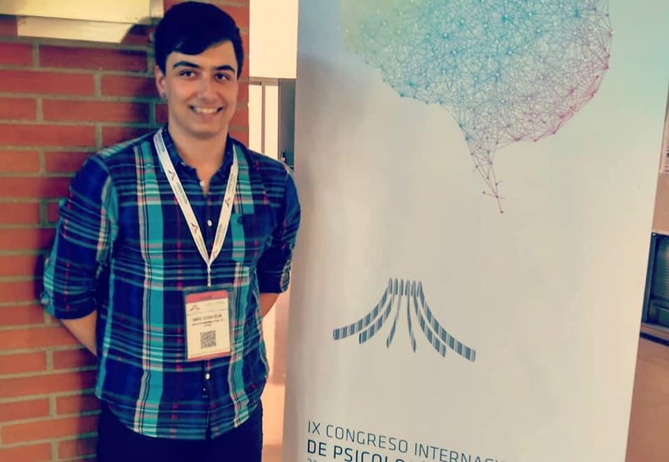 Manuel Iglesias en la entrada del IX Congreso Internacional de Psicología y Educación de ACIPE.