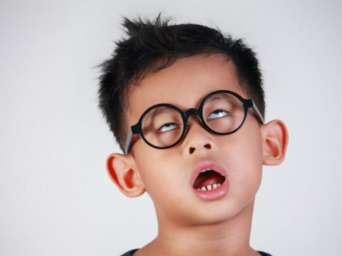 """Niño aburrido haciéndose el """"tonto"""""""