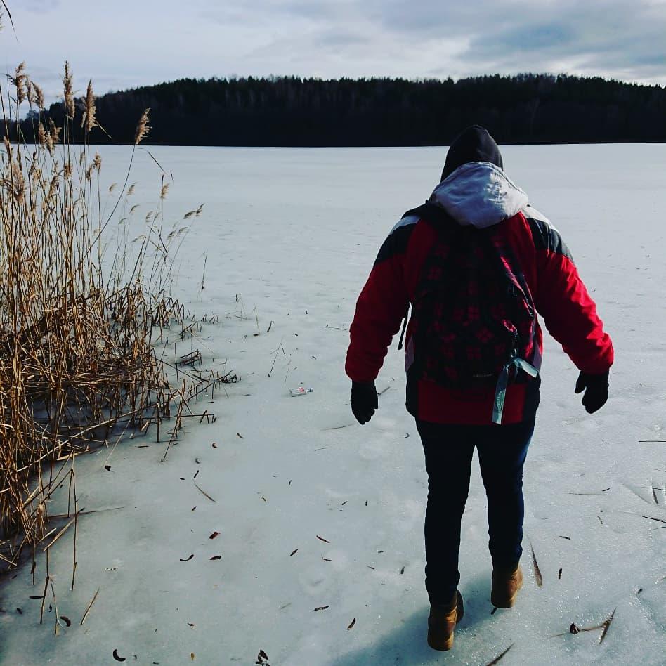 Manuel Iglesias caminando por el hielo en Trakai (Lituania)