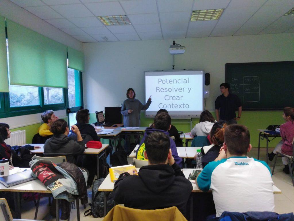 Manuel Iglesias y Elisa Martín en un taller sobre inteligencia en el IES Santamarca